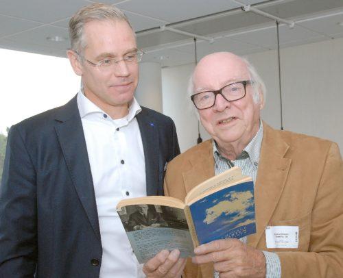 Ejvind Olesen i Stockholm med nuværende præsident Rickard Gustafson, der ved samme lejlighed sagde, at 'man skal have is i maven for at lede SAS'. Her ser de sammen i Knut Hagrups bog om der skulle være et godt tip fra 1973. (Foto Preben Pathuel).