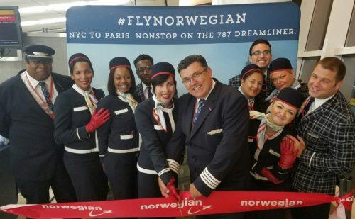 Besætningen ved Norwegians første afgang i weekenden fra Paris til New York.