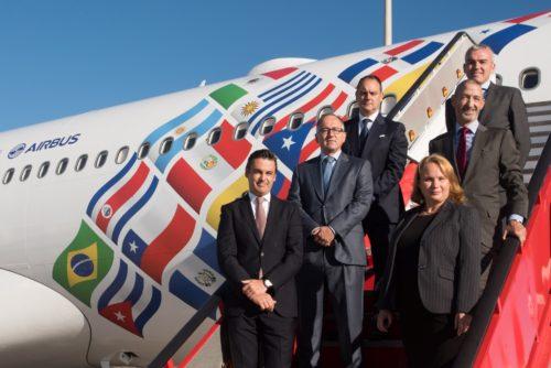 Det særmalede Iberia jubilæums-fly, personerne repræsenterer jubilæets sponsorer, bl.a. American Express Global Business Travel, Avis Biludlejning og Melia Hotels International.