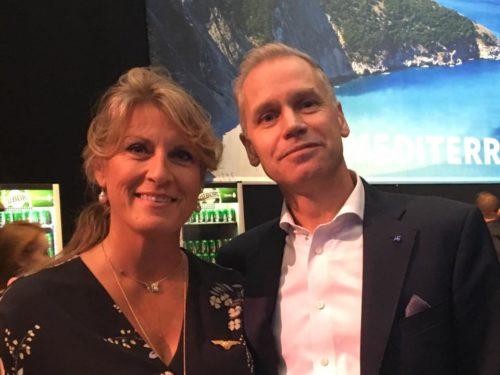Koncernchef Rickard Gustafson ved SAS-festen i København i lørdags med den danske stewardesse Tina Michaelsen.