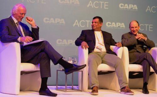 Tony Fernandes, i midten, og Akbar Al Baker, til højre, med ordstyreren under CAPA–ACTE Global Summit i Amsterdam.