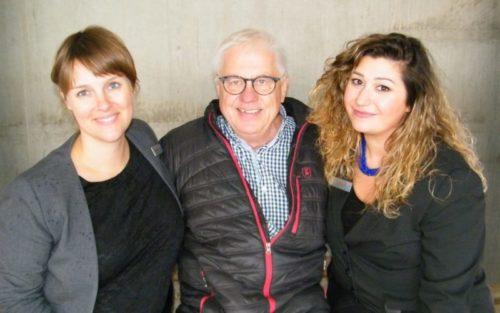 De to hotelchefer for CabInn Metro, Signe Poser, til venstre, og Eda Durnal, flankerede i fredags CabInns ejer, Niels Fennet, ved rejsegildet på CabInn Village.
