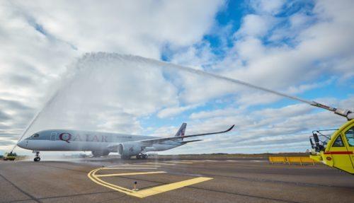 Vandsalut da det første fly fra Qatar Airways i går kom til Helsinki.