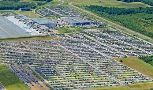 Luftfoto af Danmarks næststørste lufthavn, Billund, og de over 13.000 P-pladser.