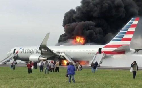 Den brændende B767 fra American Airlines i Chicago i fredags.