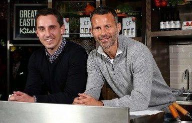 Gary Neville og Ryan Giggs ved åbningen af deres Hotel Football i Manchester.