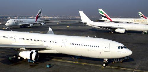 Emirates sidste Airbus A340, forrest, og selskabets sidste A330 ved siden af.