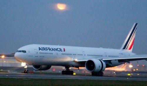 Der er endnu ikke et design for Air Frances planlagte nye langruteudspil, Boost, så her arkivfoto af en Boeing B777-300 fra selskabet – med månen i baggrunden.